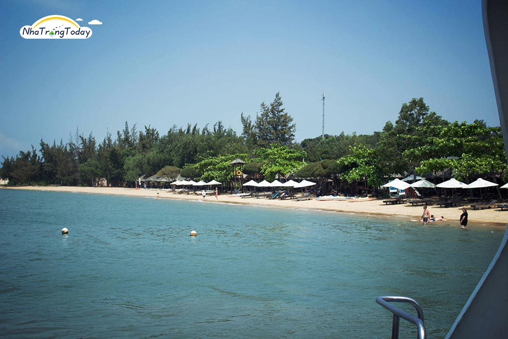 Bãi biển tại đảo Hoa Lan