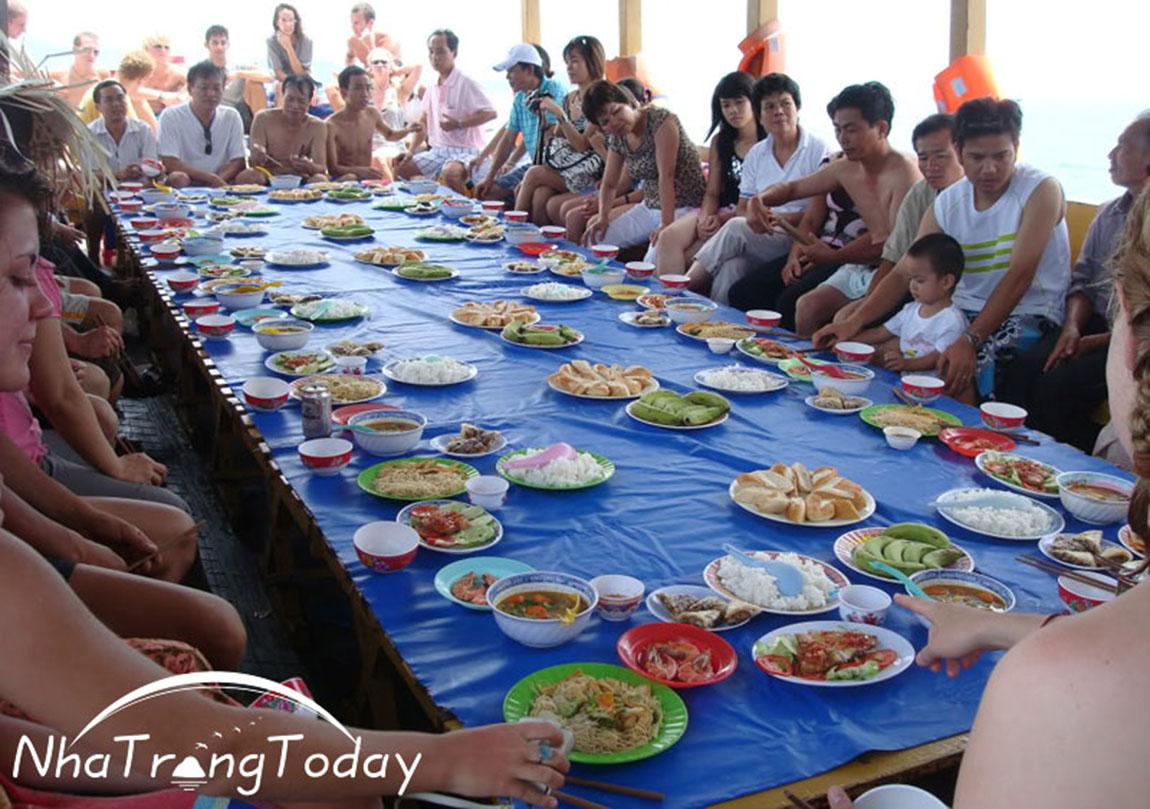 Ăn cơm trưa trên tàu